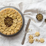 Crostata senza burro con farina di mais e fiori camomilla